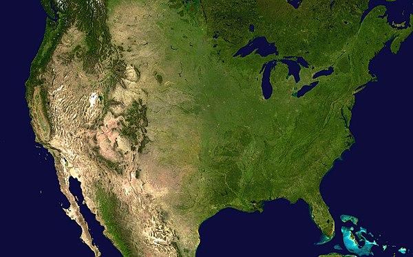 تصویر ماهواره از ایالات متحده. پوشش گیاهی و مراتع در شرق، جنگلهای شمالی و رشته کوههای راکی در غرب، و بیابان در جنوب غربی. در شمال شرق، دریاچههای بزرگ و اقیانوس اطلس نشان داده شدهاست.