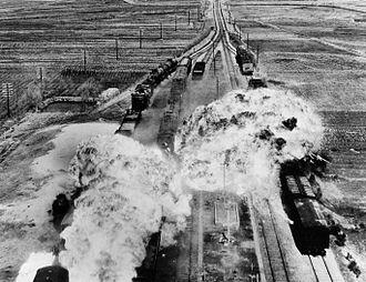 نیروی هوایی ایالات متحده به راه آهنی در جنوب ونسان در ساحل شرقی کره شمالی حمله میکند