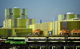نمایی از خط تولید گالوانیزهٔ گرم در کارخانجات فولاد تیسنکروپ در کالورت نزدیک موبیل.