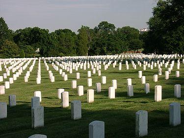 قبرستان ملی آرلینگتون جاییست که بسیاری از کشته شدگان جنگهای آمریکا در آن دفن شده اند.