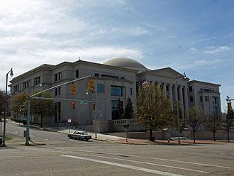 ساختمان دادگستری آلاباما که در مونتگمری قرار دارد. این ساختمان محل دیوان عالی آلاباما، دادگاه استیناف مدنی آلاباما و دادگاه استیناف جنایی آلاباما است.