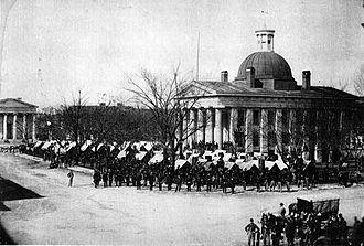 سربازان ارتش نیروهای شمالی میدان کورتهاوس را در هانتسویل اشغال کردهاند، پس از تصرف دوبارهٔ آن توسط نیروهای فدرال در سال ۱۸۶۴ (۱۲۴۳).