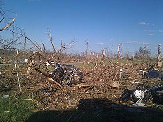 خسارت به جا مانده در اثر توفان ۲۷ آوریل ۲۰۱۱ (۲ اردیبهشت ۱۳۹۰) در فیل کمبل