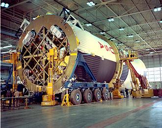 موشک ساترن ۵ در مرکز پروازهای فضایی مارشال در هانتسویل در سال ۱۹۶۴ مونتاژ شدهاست.