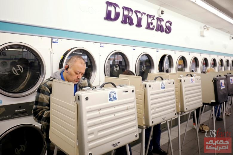 Voter Rene Burciaga casts his ballot in the midterm elections at Sunueva Laundromat in Chicago