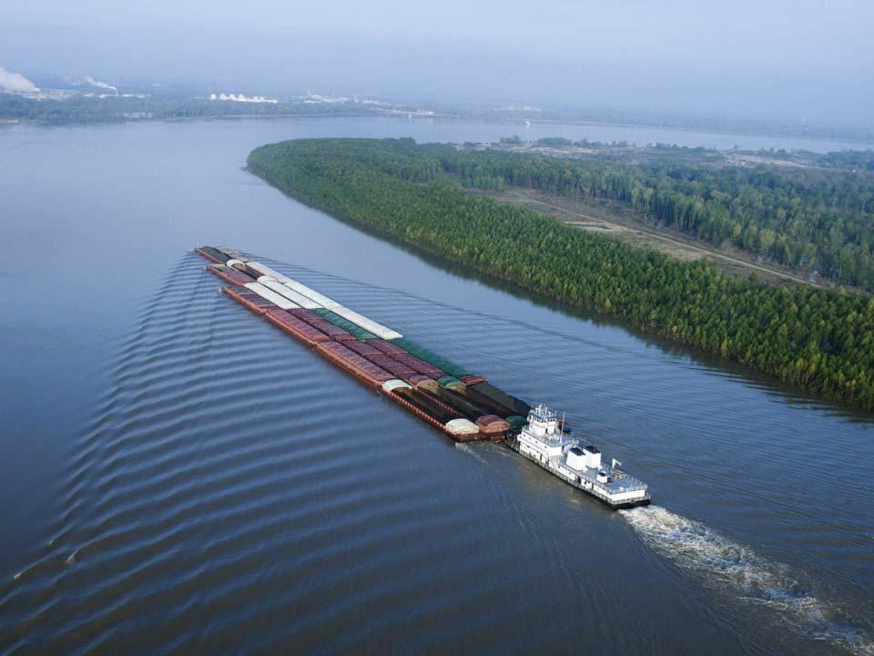 یک قایقِ باری در حالِ حرکت به سوی جنوبِ رودخانه ی میسیسیپی. در آمریکا حدودِ 25000 مایل آبراهه ی درونمرزی وجود دارد که جهتِ حمل و نقل موردِ استفاده قرار می گیرد.