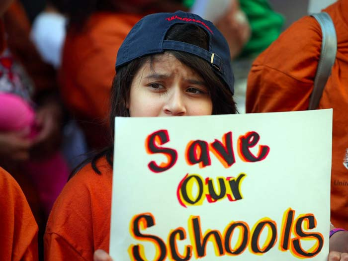 مدارسِ دولتی جهتِ حفظ و نگهداریِ ساختمانهای خود پولِ کافی در اختیار ندارند.