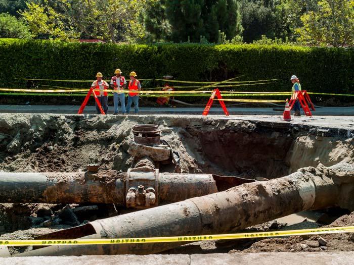 کارگرانِ سازمانِ آب و نیرو در لس آنجلس، در حالِ مرمّتِ اتّصالِ شاهلولهای که در بلوارِ Sunset  در نزدیکیِ دانشگاهِ کالیفرنیا دچارِ شکستگی شده است. عمرِ این لوله 93 سال است.