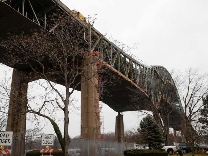 بر اساسِ جدیدترین داده های اداره ی بزرگراههای فدرال (Federal Highway Administration ) در آمریکا حدودِ 56000 پل وجود دارد که ساختاری ضعیف دارند.