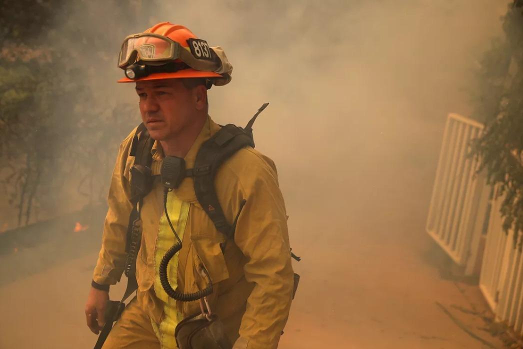 یکی از آتش نشانانِ شهرِ لس آنجلس