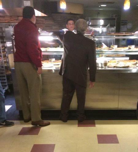 رییس-دانشگاه-در-صف-پیتزا