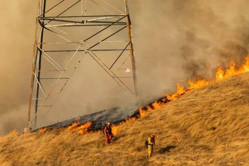 دکلها فشار قوی برق و اتصالی در آنها از علل شکلگیری آتشسوزی گزارش شده است