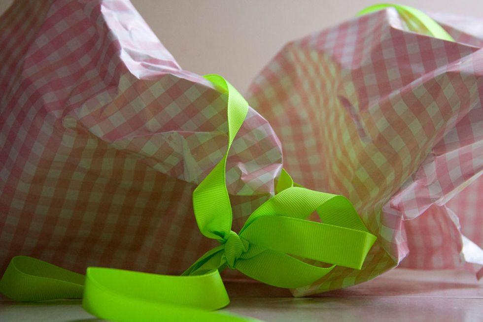 هدیه ها رو جلوی روی خود کادو دهنده باز کن